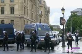 تصویر از فیلم و عکس | وضعیت پاریس بعد از حمله مردی با چکش به یک پلیس