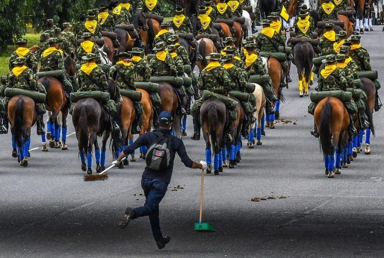 تصویر از عکس | وظیفه متفاوت سرباز کلمبیایی در جشن سالگرد استقلال این کشور