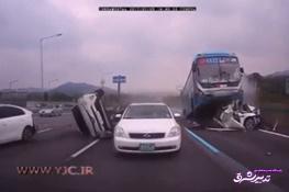 تصویر از فیلم | اتوبوسی که چند خودرو را به طرز وحشتناکی له کرد