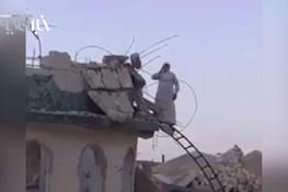 تصویر از فیلم | اذان گفتن موذن عراقی بر ویرانههای مسجد