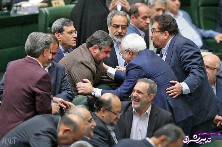 تصویر از عکس  لحظه آشتیکردن وزیر خارجه و نماینده خرمشهر