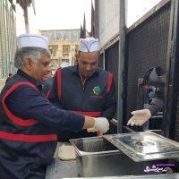 تصویر از نماینده سابق لاهیجان در حال خدمات رسانی به زوار اربعین
