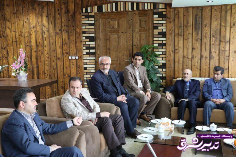 لوح تقدیر به شهردار لاهیجان