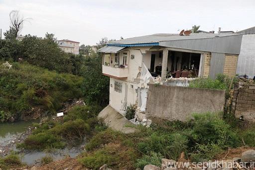 تصویر از اقدامات شهرداری لاهیجان برای جلوگیری از ریزش یک ساختمان