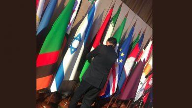 تصویر از جابجایی پرچم ایران و اسراییل توسط یک نماینده مجلس در جریان اجلاس مسکو