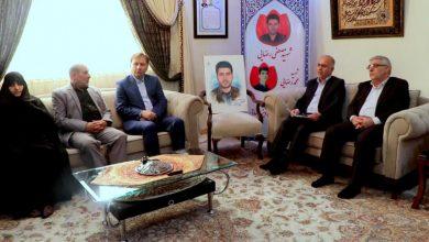 تصویر از دیدار استاندار گیلان با خانواده شهید مدافع امنیت در رشت