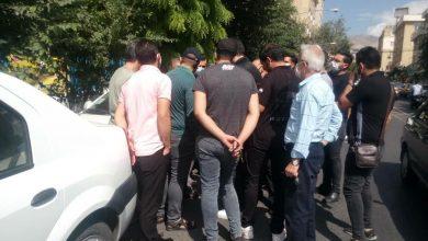 تصویر از تجمع اعتراضی هواداران استقلال مقابل ساختمان باشگاه سعادتمند در جمع معترضان: فردا 3، 4 بازیکن می گیریم